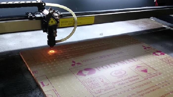Nên Cắt Chữ Mica Bằng Laser Hay Bằng Máy CNC?